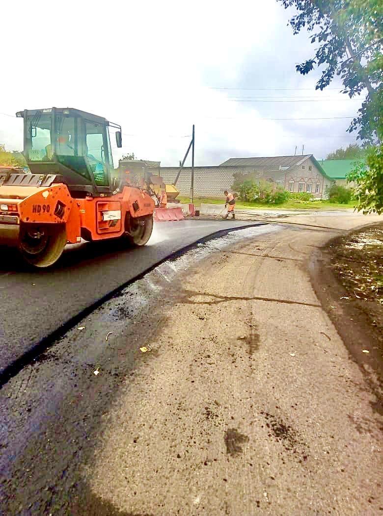 22 сентября, подрядная организация АО «ДП «Ижевское» приступила к устройству выравнивающего слоя асфальта на улице Родниковая.