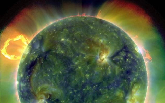 Многоволновое экстремальное ультрафиолетовое изображение солнца, сделанное SDO 30 марта 2010 года. Ложные цвета отслеживают различные температуры газа. Красные цвета относительно прохладны (около 60 000 кельвинов, или 107 540 F); синие и зеленые цвета более горячие (более 1 миллиона кельвинов, или 1 799 540 F). (Команда NASA/Goddard/SDO AIA)