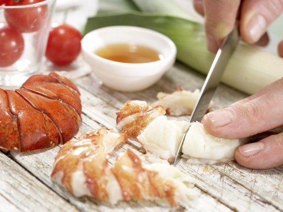 Суп из лобстера с луком-пореем и помидорами, изображение №3