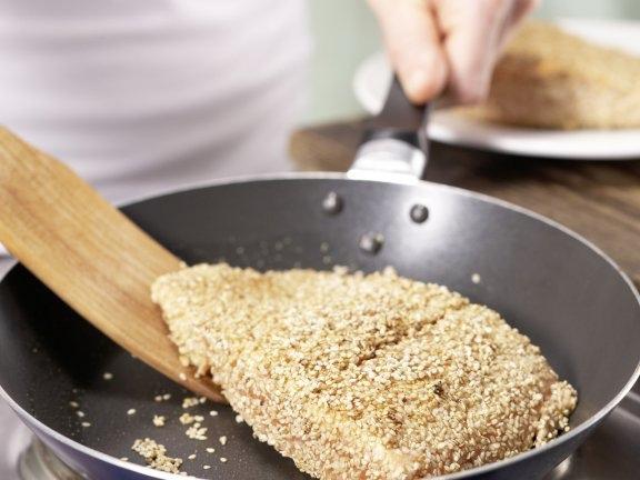 Маринованный лосось с кунжутной корочкой